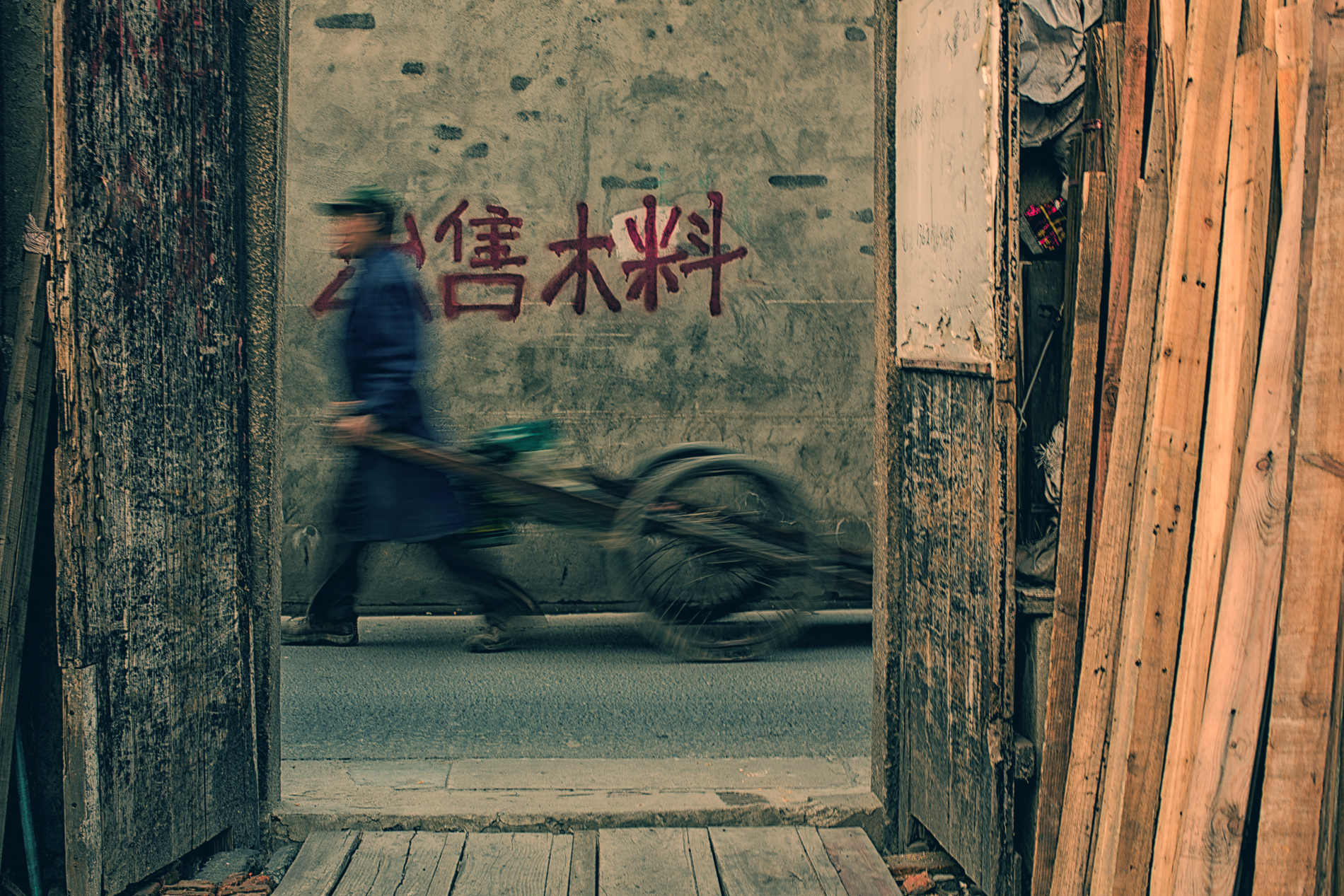 worker in a Shanghai old alley